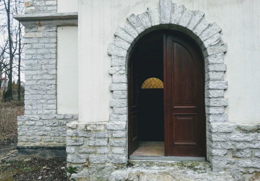 Zniszczone drzwi w kaplicy Szembeków w Porębie Żegoty. To mogło być włamanie