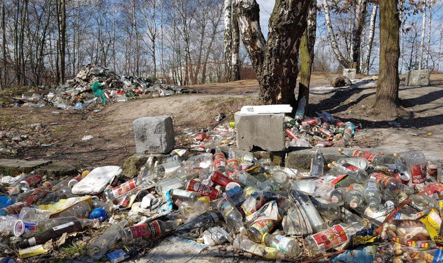 Rośnie dzikie wysypisko w lasku przy torach w Libiążu (WIDEO)