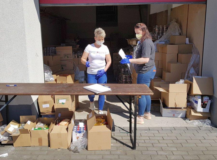 Dostaną paczki z żywnością na święta oraz maseczki (WIDEO)