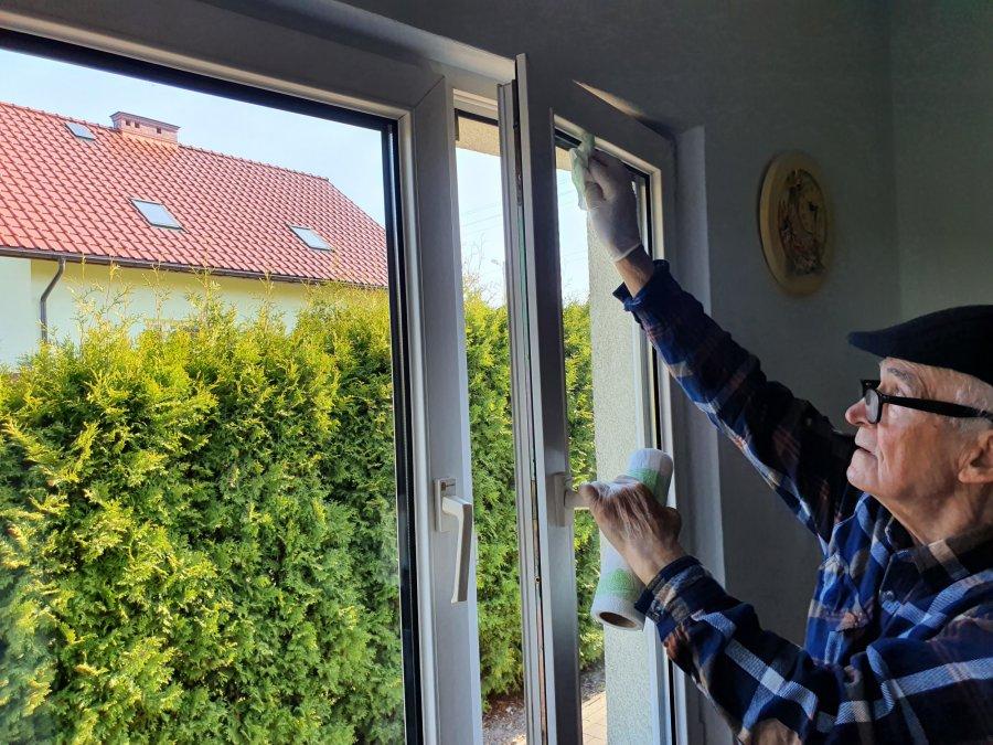 Jak się ma 88 lat, to okna na święta się czyści