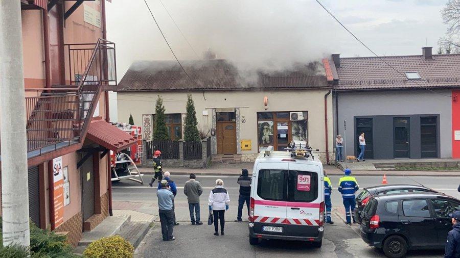 Pożar przy drodze krajowej nr 79. Płonie szopa (ZDJĘCIA)