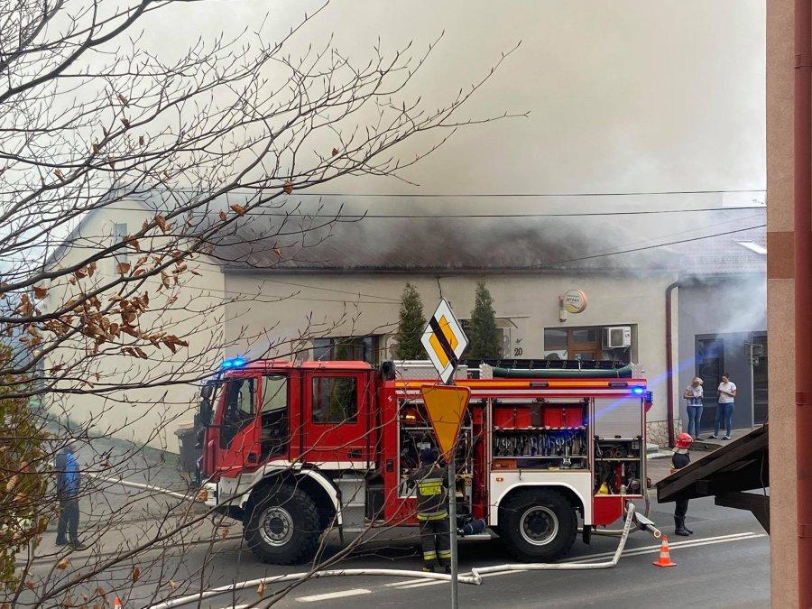 Spłonęła szopa i poddasze domu. Ogień się rozprzestrzenił