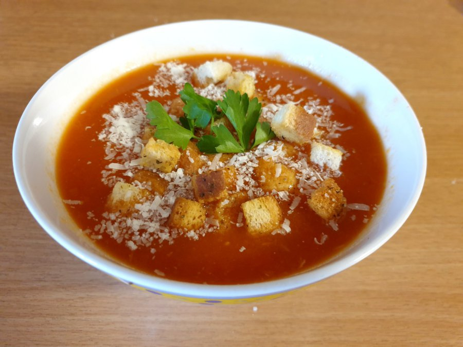 Zupa paprykowa z aromatycznymi grzankami