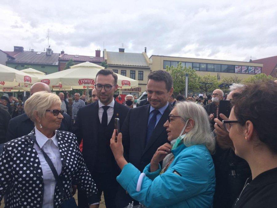 Tłumy na spotkaniu z Rafałem Trzaskowskim. Przyszli zwolennicy i przeciwnicy (WIDEO)