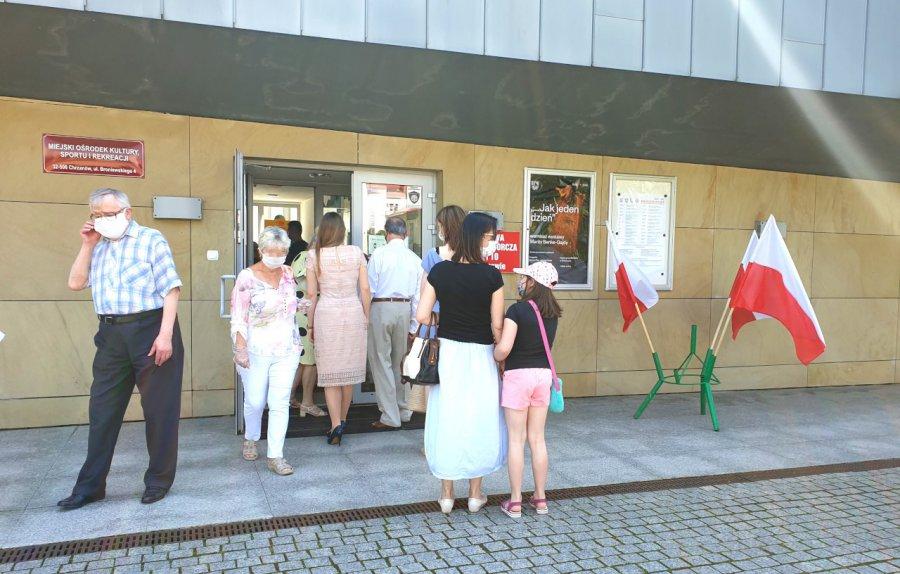 Niektórzy czekali pod drzwiami przed otwarciem lokali wyborczych