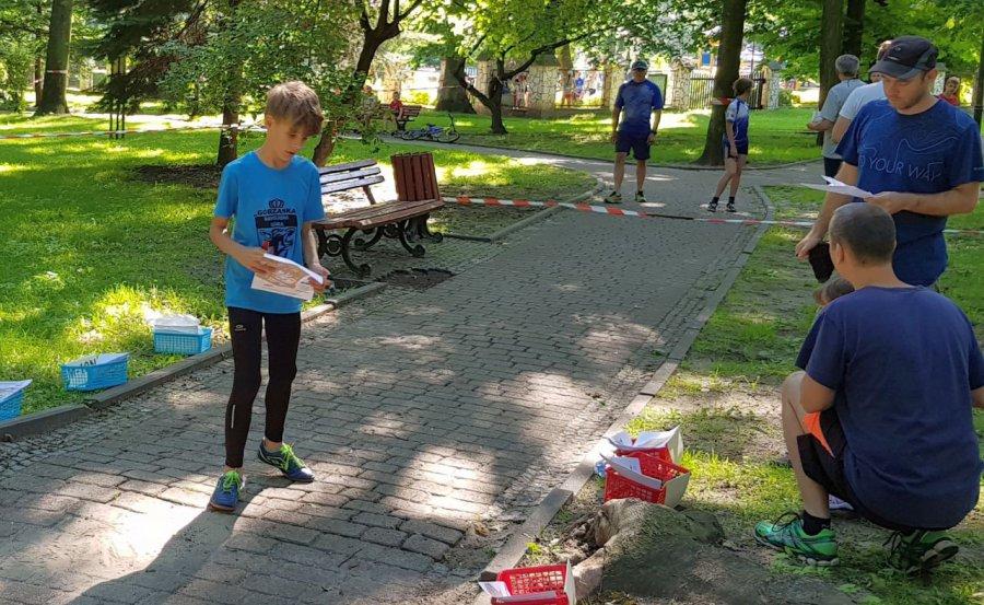Biegacze na orientację ścigali się po parkowych alejkach (WIDEO)