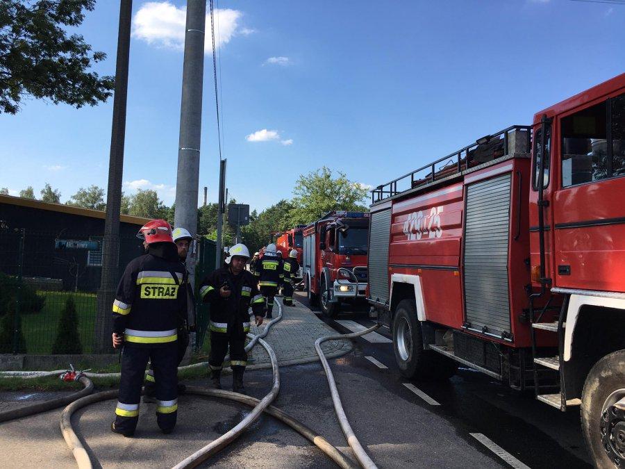 Płonie hotel pracowniczy w Pogorzycach. Ogień pojawił się na piętrze (WIDEO, ZDJĘCIA)