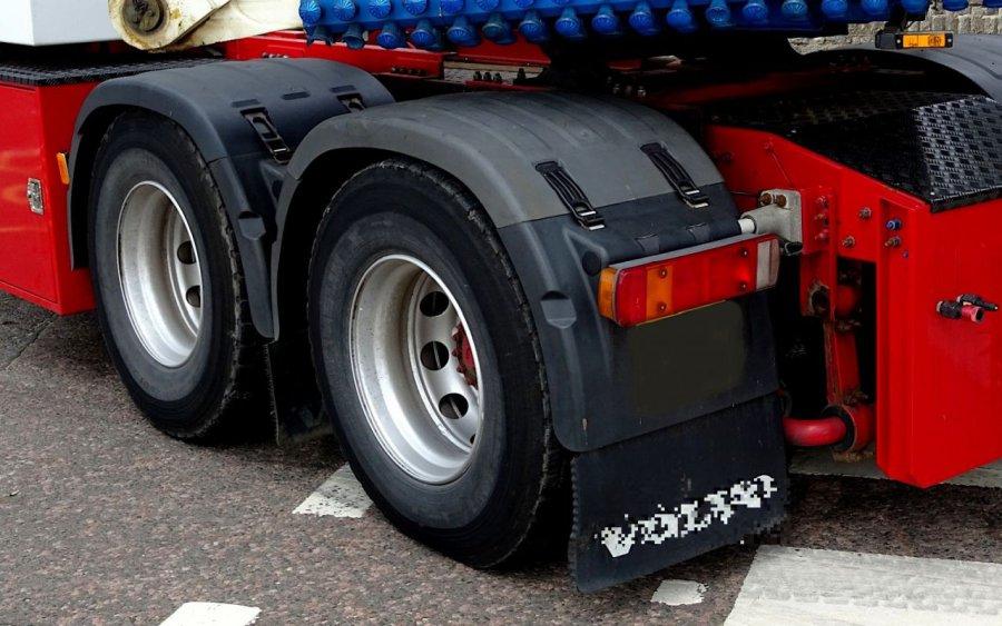 Ciężarówki z kopalni brudzą jezdnię i chodnik