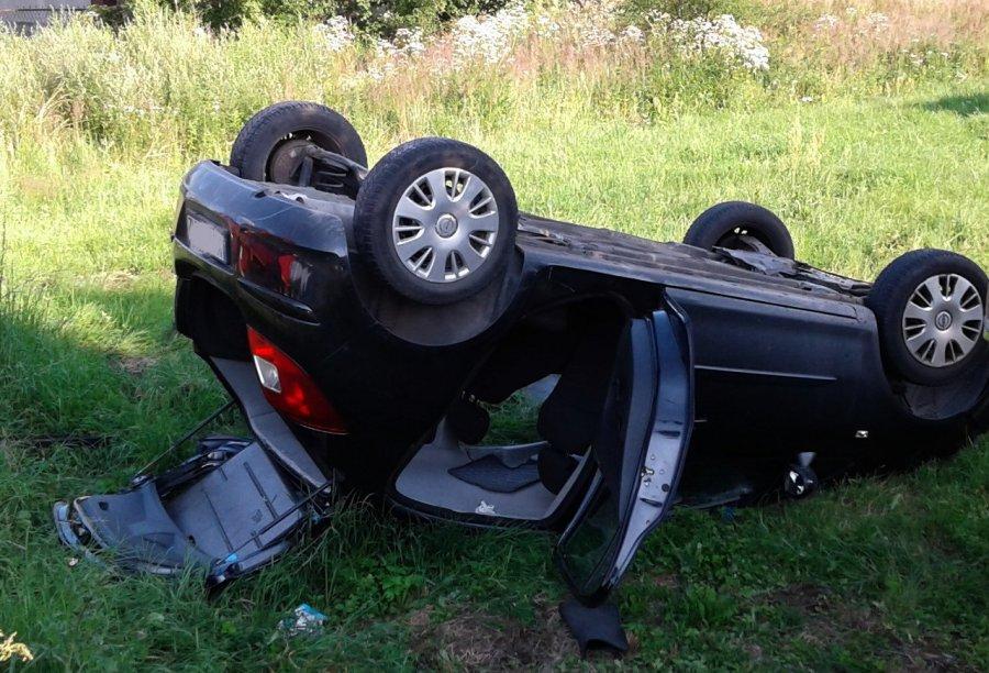 Dachował samochód. Jechało nim pięć osób