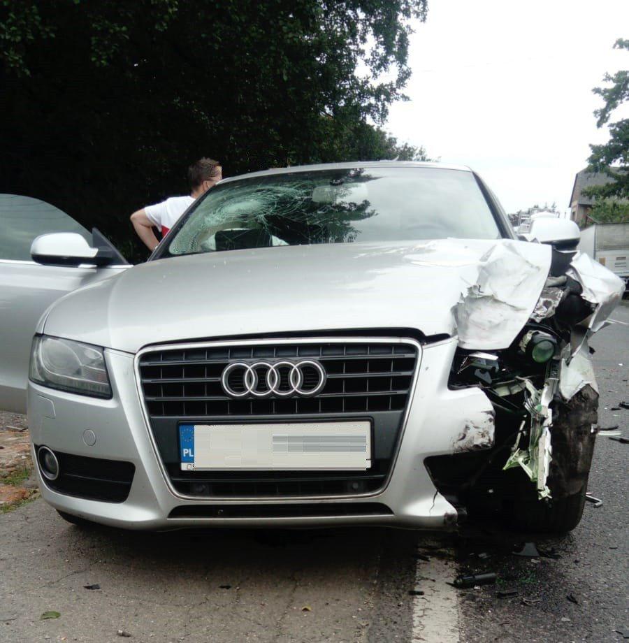 Audi uderzyło w clio, a to wpadło pod samochód dostawczy