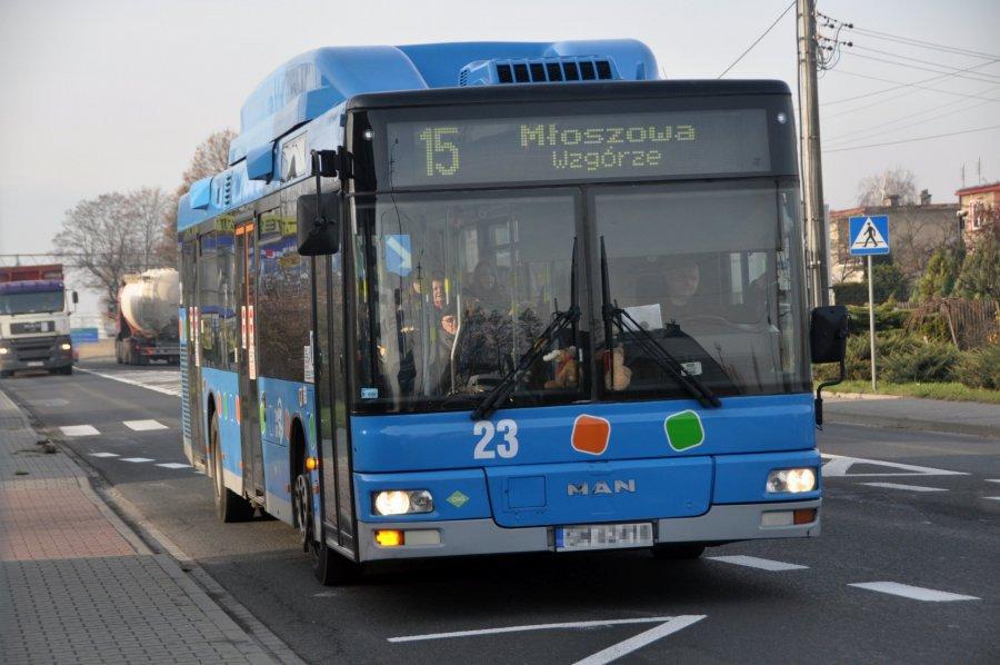 Zatłoczony autobus linii 15. Kiedy dodatkowe kursy?