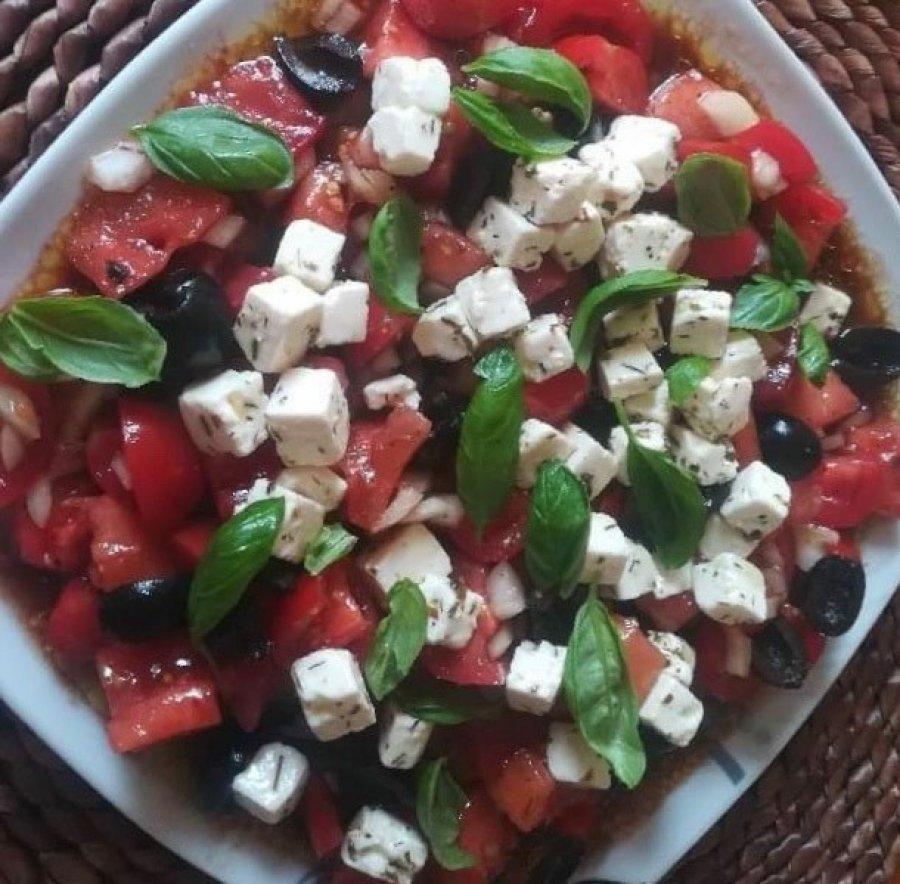 Letnia sałatka pomidorowa z arbuzem i fetą