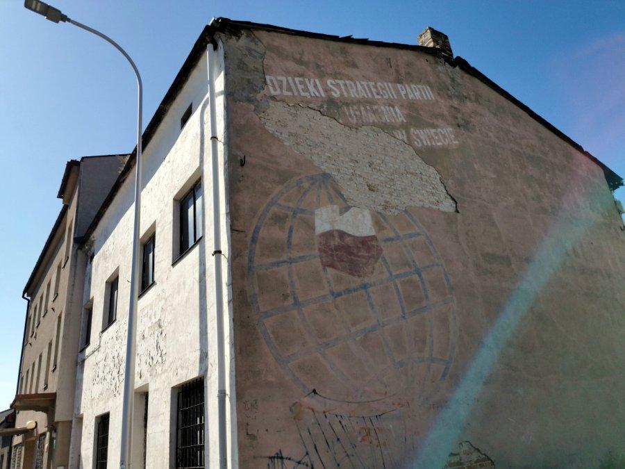 Słynny napis z budynku w Trzebini zaczyna znikać (ZDJĘCIA)