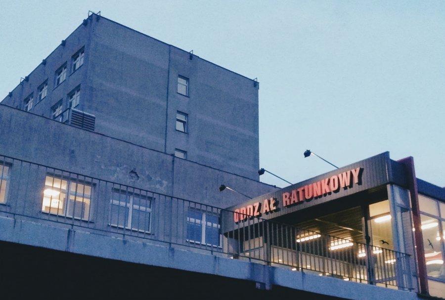Karetka przywiozła do szpitala w Chrzanowie pacjenta z koronawirusem, SOR jest zamknięty