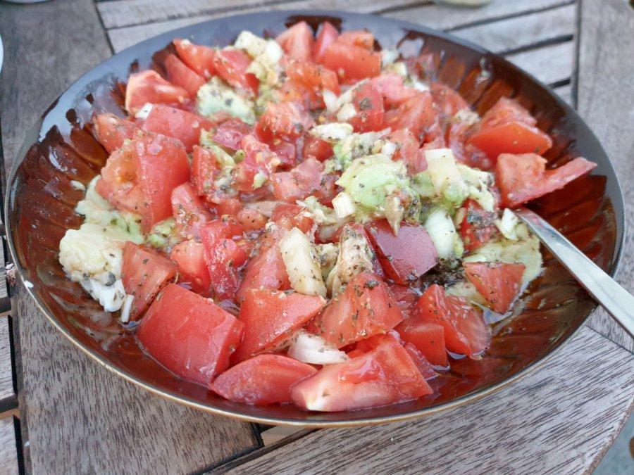 Sałatka z pomidorów i awokado. Jest naprawdę smaczna!