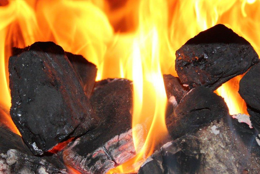 Koniec dotacji do kotłów węglowych, palenie w kominkach jeszcze bardziej ograniczone