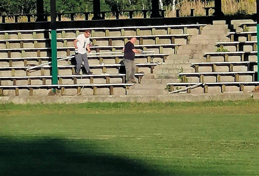 Przychodzą na stadion w Sierszy i pracują społecznie