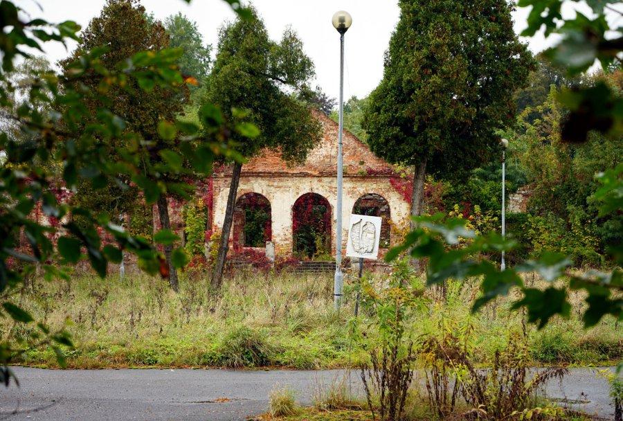 Prywatny dwór w Porębie Żegoty w coraz większej ruinie