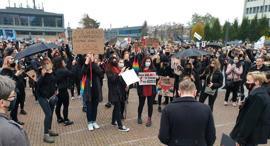 Prawie 2 tysiące osób przeszło ulicami Chrzanowa w obronie praw kobiet (WIDEO, ZDJĘCIA)