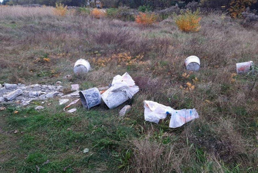 W zagajniku w Kościelcu przybywa odpadów