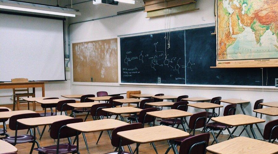 Przedszkola i szkoły pustoszeją przez COVID-19