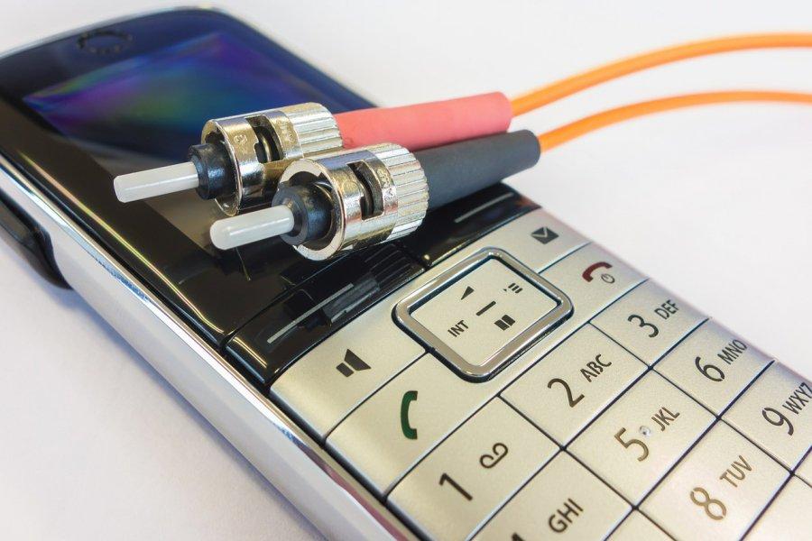 Czy warto zakładać podsłuch na telefon?