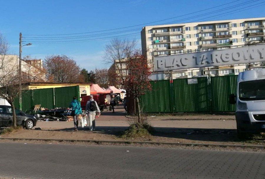 Pracownicy sanepidu i policjanci pojawili się na placu targowym