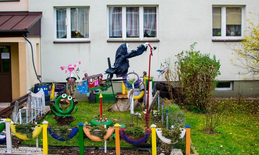 Pan Kazimierz dodał kolorytu ogródkowi przy bloku