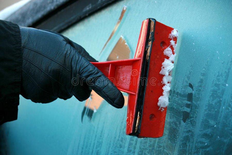 Nie tylko skrobaczki. Jak pozbyć się śniegu i lodu z zamarzniętych szyb samochodu?