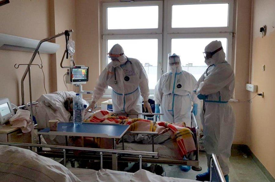 Koronawirus. Pacjenci, którzy wyzdrowieli dziękują personelowi szpitala