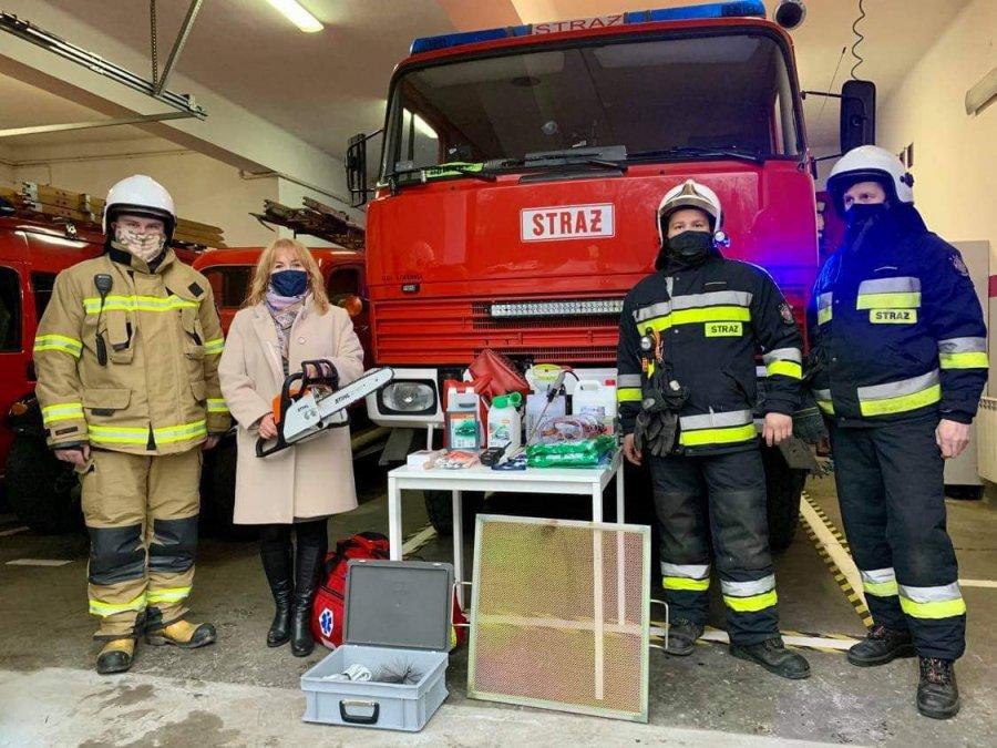 Przed świętami pani burmistrz przyjechała do strażaków z piłą spalinową