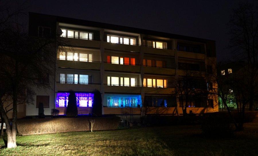 Sylwestrowy wieczór na chrzanowskich osiedlach. W większości okien świecą się światła (ZDJĘCIA)
