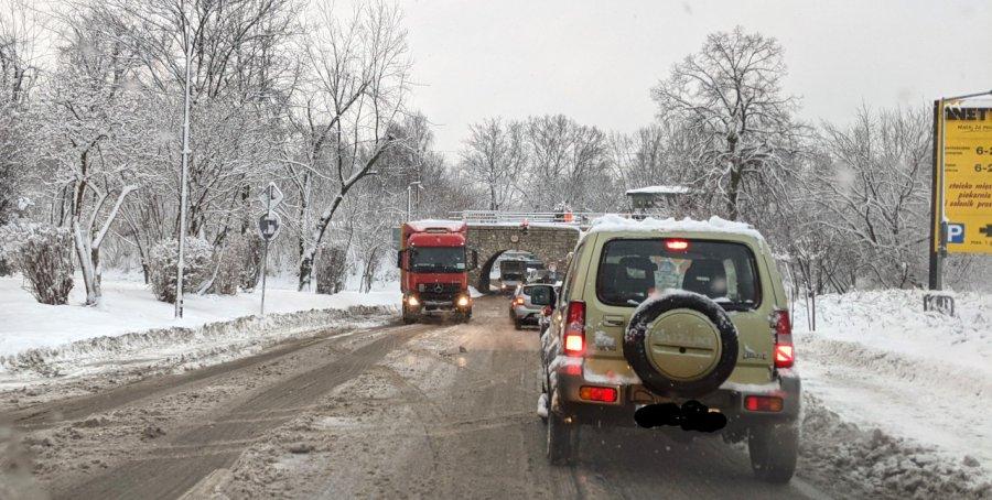 TIR zatarasował drogę w Chrzanowie. Jest bardzo ślisko