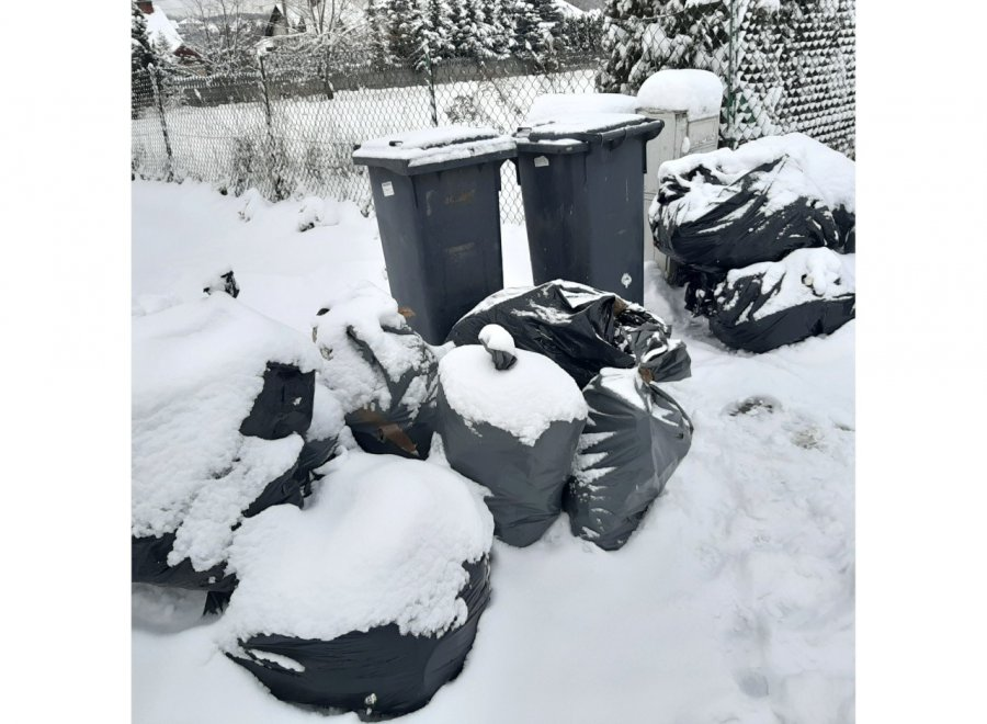 Została z worami pełnymi śmieci przed domem. Co ma z nimi zrobić?