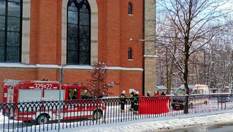 Mężczyzna odśnieżał plac przy kościele i zasłabł. Nie udało się go uratować