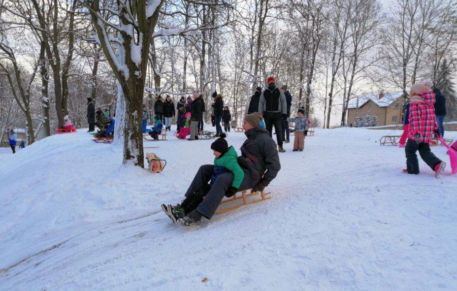 Górka w parku w Kościelcu przeżywa prawdziwe oblężenie (WIDEO)
