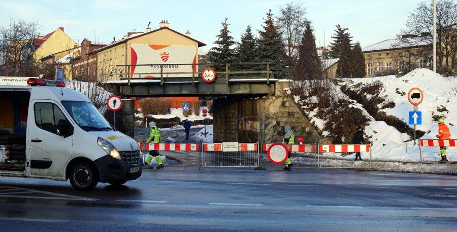 W czwartek rano ostatnie samochody przejechały pod wiaduktem kolejowym w Chrzanowie (WIDEO)