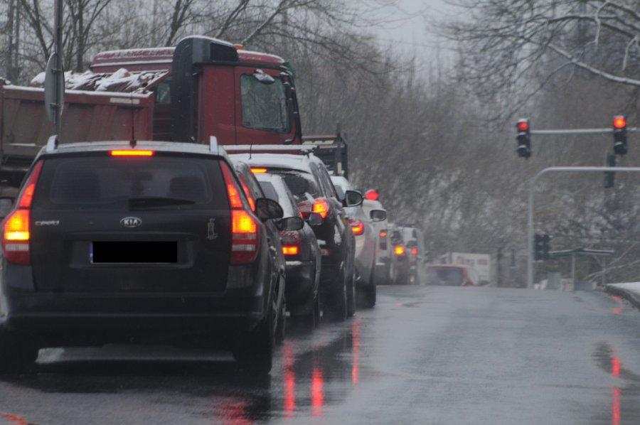 Sznurek samochodów na Borowcowej w Chrzanowie. Najgorzej jest rano