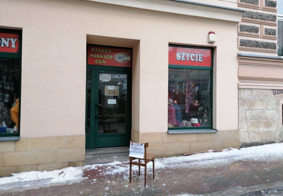 """Właścicielka sklepu z Alei Henryka: """"Trzeba usunąć sople i śnieg z dachu, bo dojdzie do tragedii"""""""
