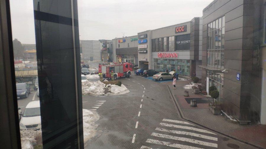 Zapaliły się kable w samochodzie. Zaalarmowano strażaków