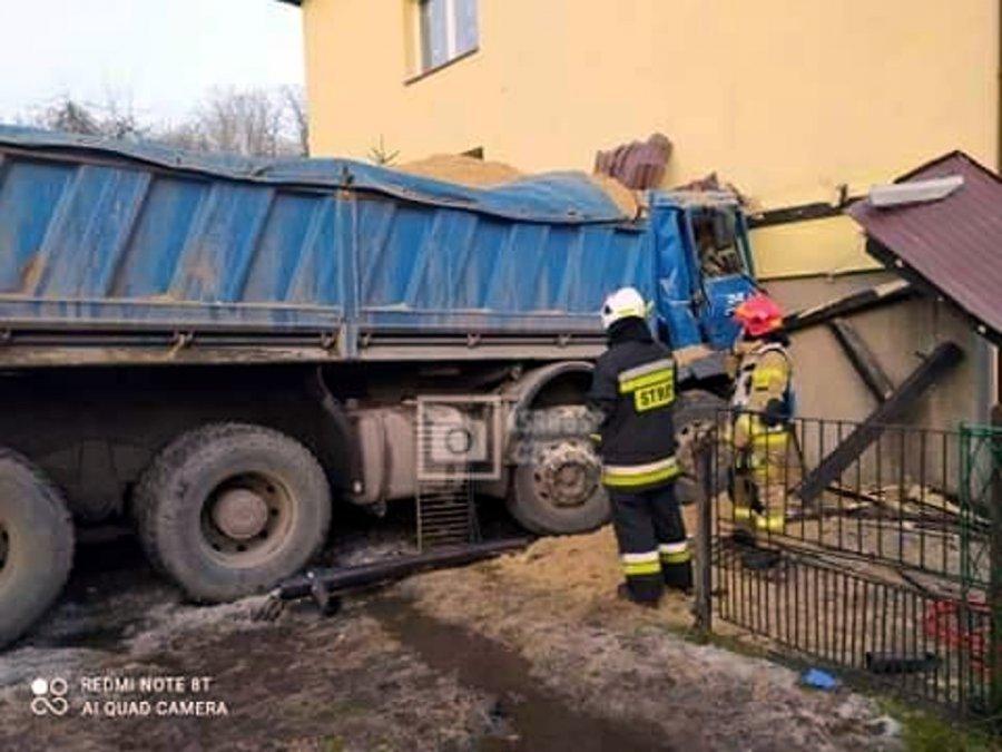 Samochód ciężarowy uderzył w dom