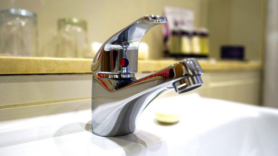 """Ile faktycznie kosztuje woda i skąd ją czerpiemy? Odpowiedzi w """"Przełomie"""""""