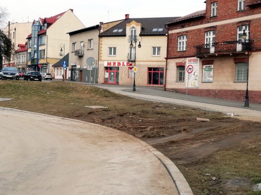 Przez trawnik i chodnik na Krakowską. Dziki przejazd już funkcjonuje