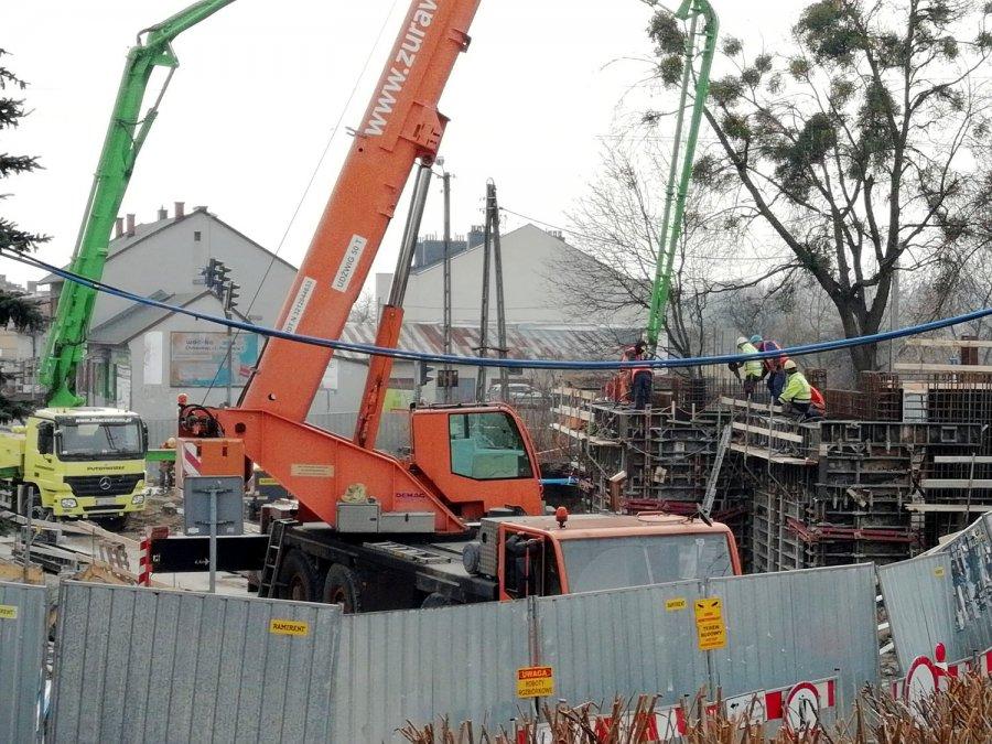 Budowa wiaduktu kolejowego. Powstają już betonowe konstrukcje (WIDEO)