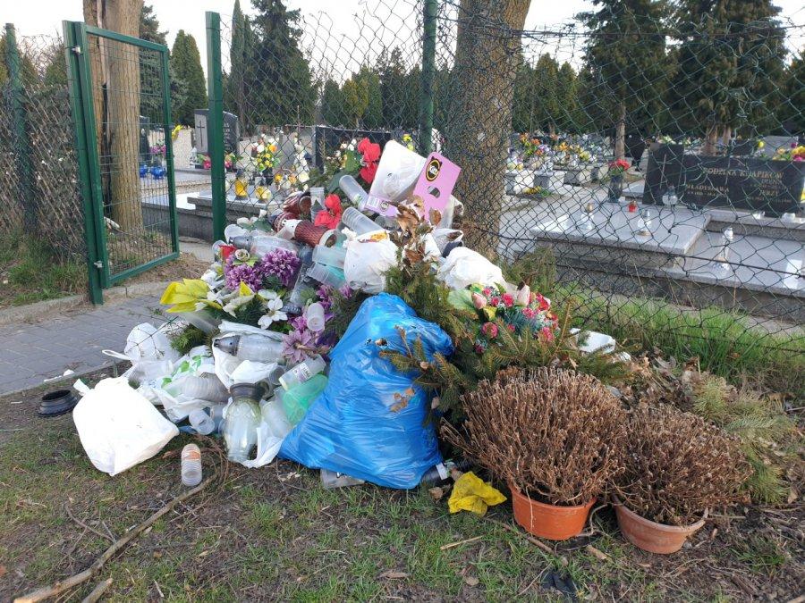 Rośnie sterta śmieci przy cmentarzu w Chrzanowie