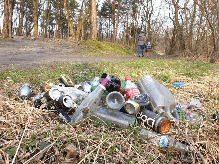 Smutny spacer wśród śmieci