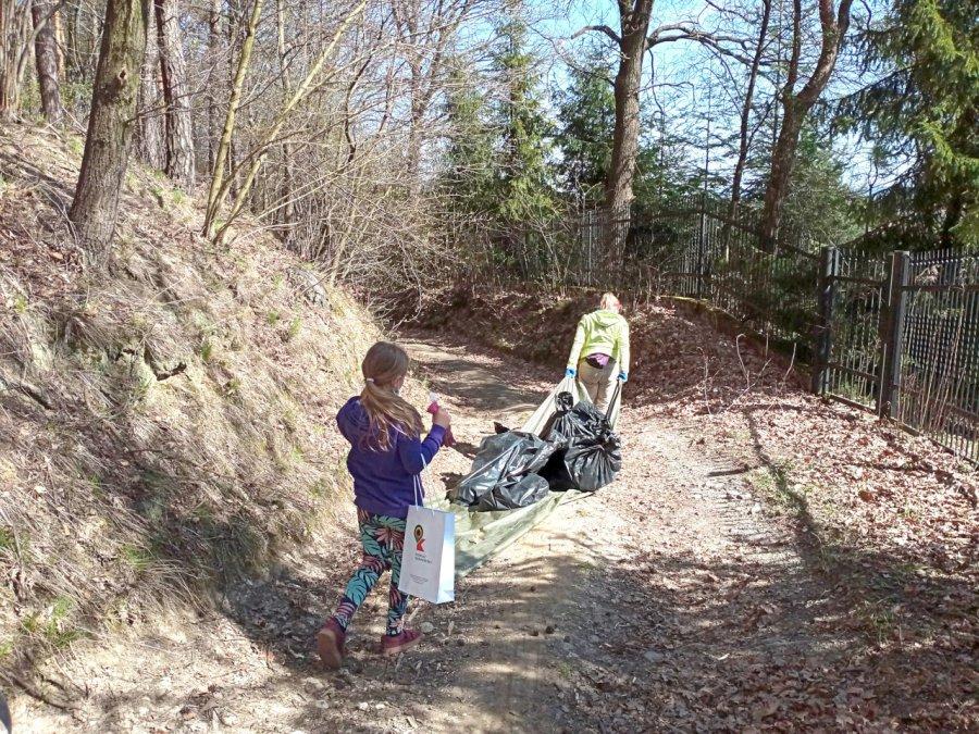 Jedni śmiecą, a inni sprzątają
