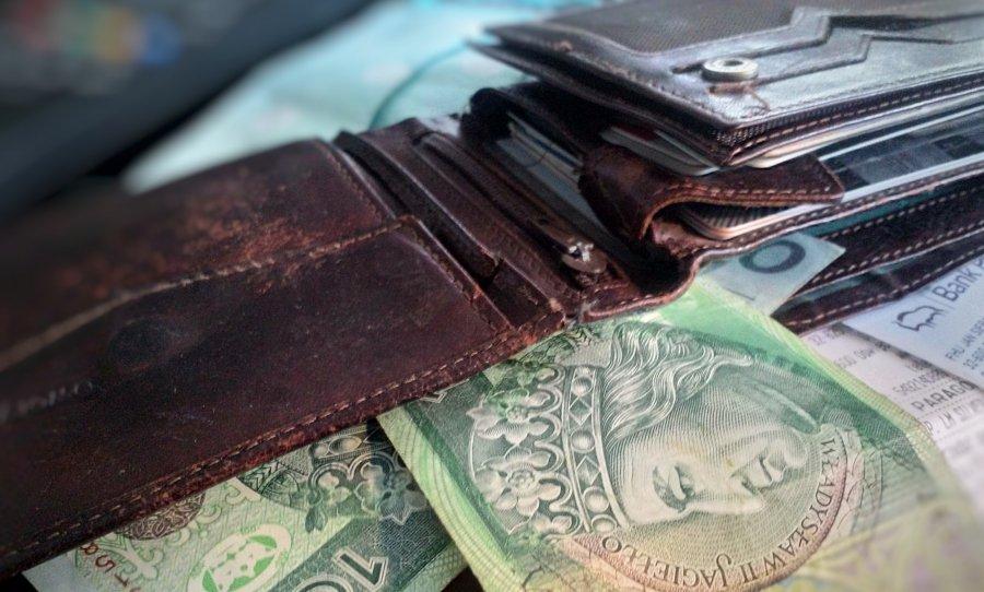 Tracimy, gdy trzymamy pieniędze w banku, choć nikt nie pokazuje nam minusa