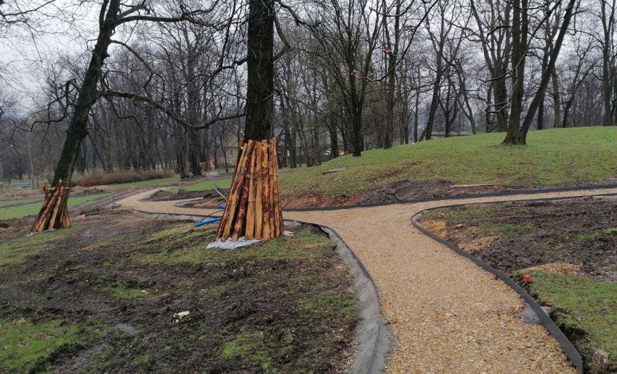 W odnawianym parku w Kościelcu widać już alejki (ZDJĘCIA)