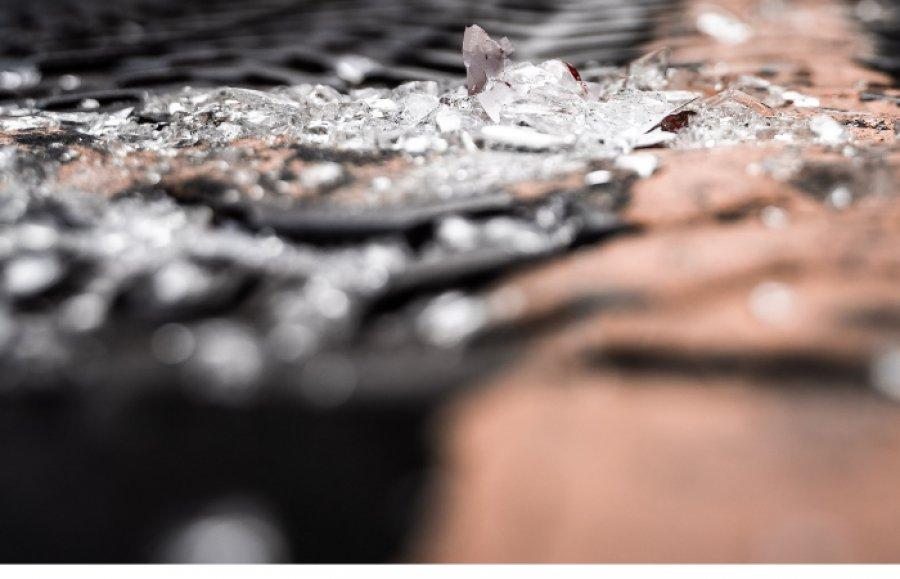 Wandale rozbili szyby w budynku basenu